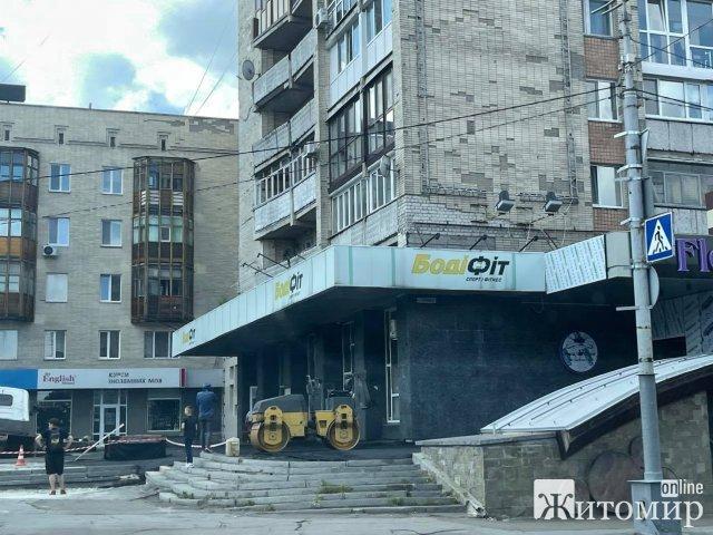 """У Житомирі над пабом """"Шульц"""" провалилась вантажівка. ФОТО"""