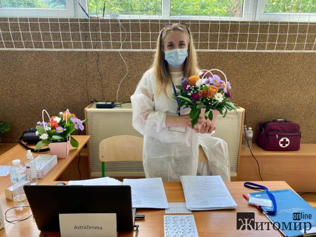У житомирському Центрі вакцинації вітали медиків. ФОТО