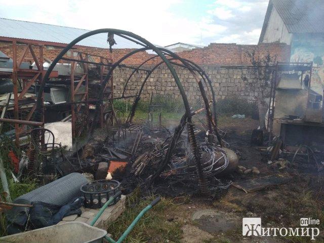 У Житомирському районі рятувальники ліквідували пожежу, що виникла на території приватного обійстя. ФОТО