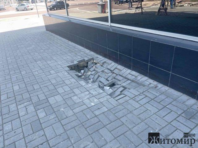 """В центрі Житомира з'являється ще одне провалля: під землю """"йде"""" тротуар. ФОТО"""