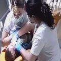 Стоматологиня, яку судять за побиття дітей, і далі приймає пацієнтів