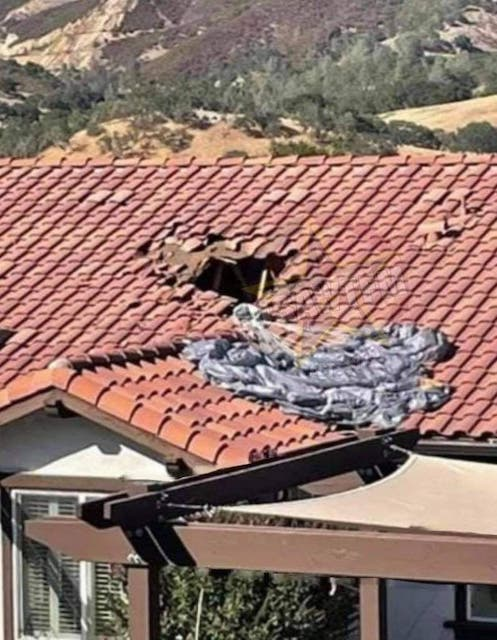 Десантник с нераскрывшимся парашютом выжил, упав на крышу дома с высоты более четырех километров. Видео