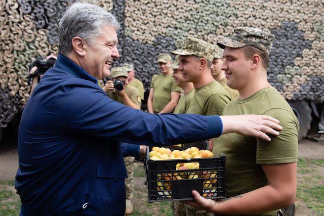 Порошенко привіз в Авдіївку комплект відеорозвідки для 72-ої бригади