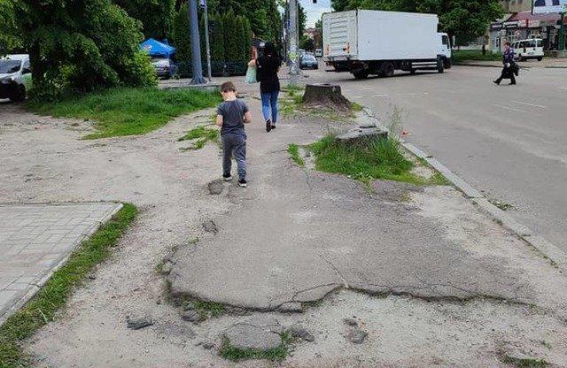 «У вас є гроші на авіашоу, а на тротуар немає!» Обурені житомиряни вимагають провести ремонт вулиці  ...