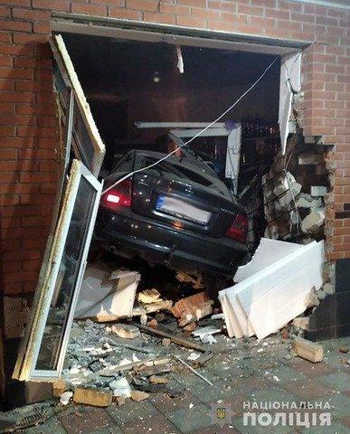 У Бердичеві п'яний водій протаранив магазин. ФОТО
