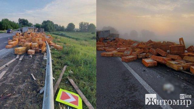 На Рівненщині перекинулась вантажівка з птицею, частина курей загинула: за кермом був водій з Житомирщини. ФОТО