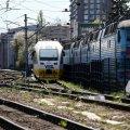 Під Києвом потяг зійшов з рейок: затримуються пасажирські рейси, на переїзді – затори
