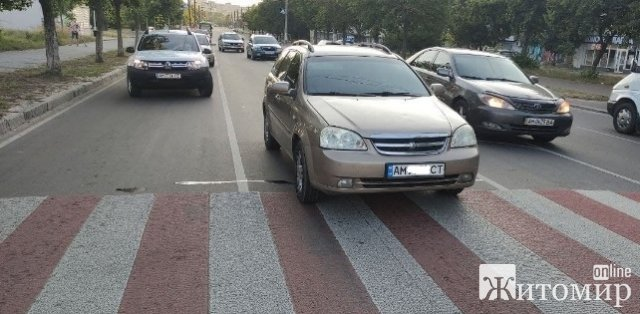 У Житомирі на пішохідному переході автомобіль збив чоловіка. ФОТО