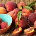Лікарі розповіли, кому заборонено їсти персики
