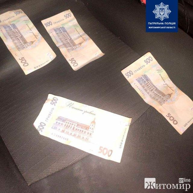 У Житомирській області нетверезий водій Volkswagen за 2000 гривень хотів відкупитись від  поліцейських. ФОТО