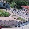 Відео моменту, як пенсіонер потрапляє під потяг на залізничному переїзді в Коростені. ВІДЕО