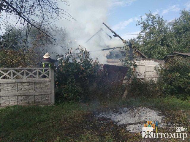 У селі біля Житомира горів будинок: під час самостійного гасіння пожежі власник отримав травму. ФОТО
