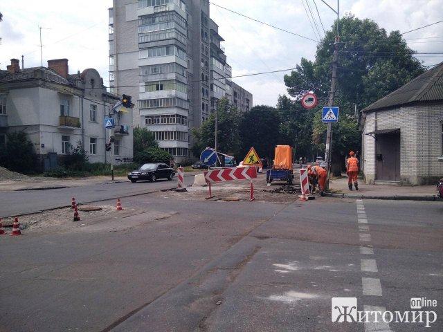 Ремонт дороги на Ріхтера у Житомирі завершити не встигають. ФОТО