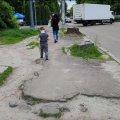 «У вас є гроші на авіашоу, а на тротуар немає!» Обурені житомиряни вимагають провести ремонт вулиці Небесної Сотні