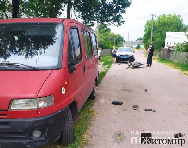 На Житомирщині водій мотоциклу врізався в Peugeot Boxer: водія двоколісника госпіталізували. ФОТО