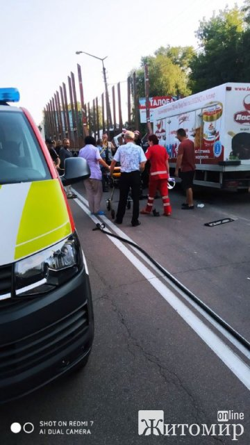 У Коростені вантажівка врізалась у фуру, водій загинув