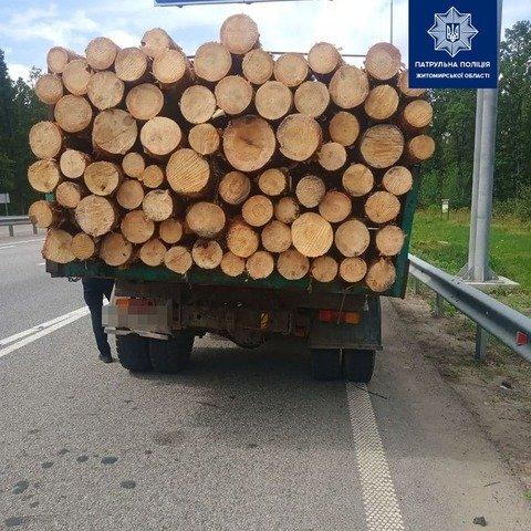 На Житомирщині виявили ЗІЛ із нелегальною деревиною. ФОТО