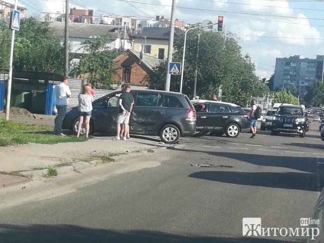 Після удару, авто на колеса ставили краном! ДТП у Житомирі! ФОТО.