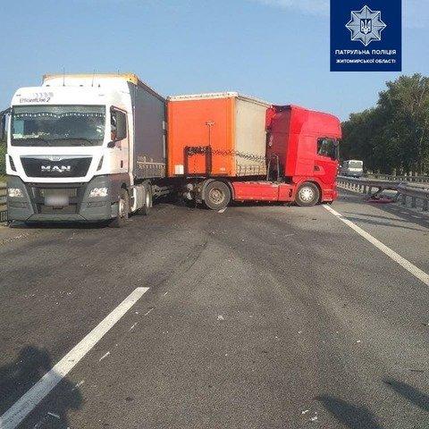 На Житомирщині сталася ДТП за участі легковика та вантажівки. ФОТО