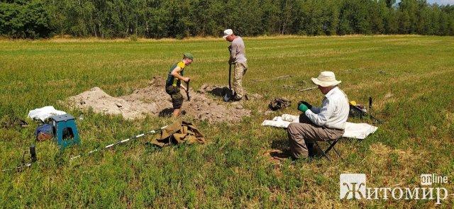 На Житомирщині пошуківці віднайшли рештки солдат Червоної армії. ФОТО