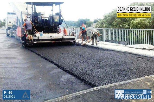 У Новоград-Волинському районі підходять до завершення ремонтні роботи мосту через річку Случ. ФОТО