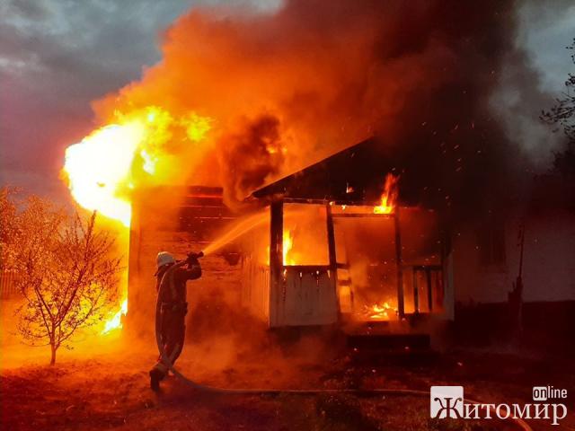 У селі на Житомирщині рятувальники гасили пожежу в дерев'яному будинку. ФОТО