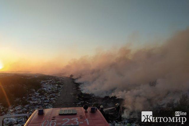 У селищі неподалік Житомира горить сміттєзвалище. ФОТО
