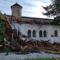 Зірвані дахи, повалені дерева та пошкоджена стародавня фортеця. Кам'янець-Подільський накрив ураган. ФОТО. ВІДЕО