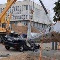 ЗМІ: Флагшток, що впав у Херсоні, розчавив Lexus чиновника, який відповідає за його встановлення. ФОТО