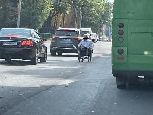 """На перехресті Східної та Грушевського у Житомирі """"працює""""жебрак, створюючи аварійні ситуації. ФОТО"""