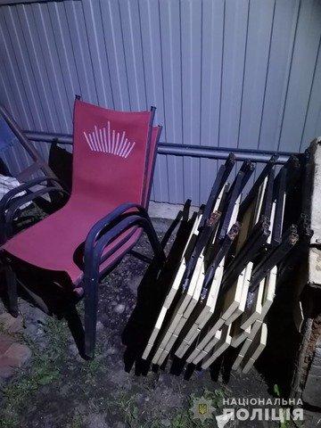 У Житомирі затримали двох грабіжників, які виносили стільці з кафе. ФОТО