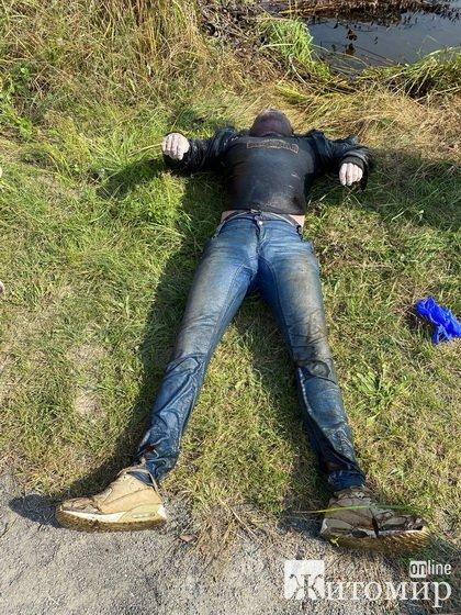 Поліцейські просять допомогти упізнати тіла двох чоловіків: одного дістали з річки біля Житомира, іншого виявили в альтанці. ФОТО
