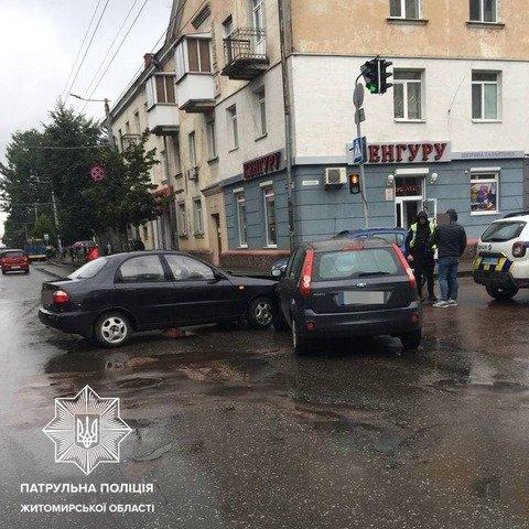 У Житомирі на перехресті Київської та Князів Острозьких сталася ДТП. ФОТО