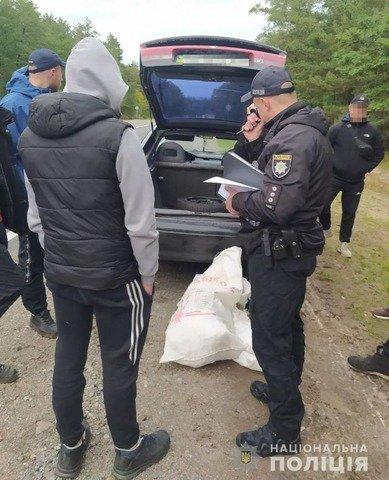На Житомирщині в автівці молодиків знайшли мішок конопель. ФОТО