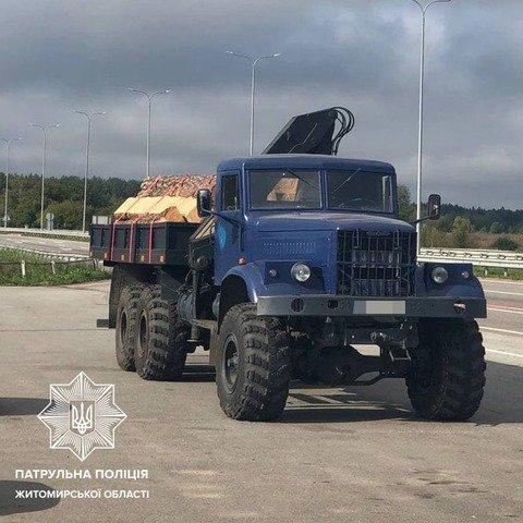 На Житомирщині виявили КрАЗ з нелегальною деревиною. ФОТО