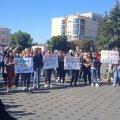 Наболіло: бердичівляни зібралися на акцію протесту під будівлею міськради. ФОТО