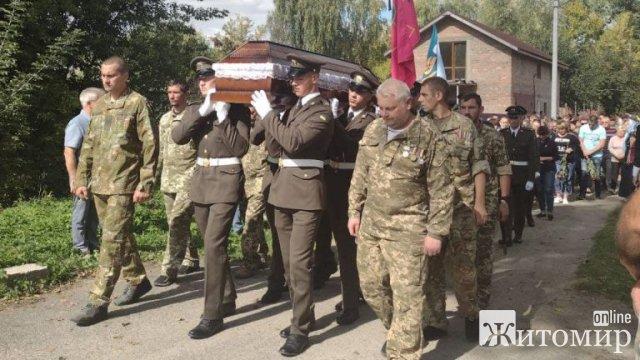 У Малині попрощались із загиблим в зоні ООС 27-річним матросом Артуром Голубом. ФОТО