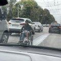 Чим займається жебрак на візочку на перехресті Східної і Грушевського у Житомирі? ФОТО