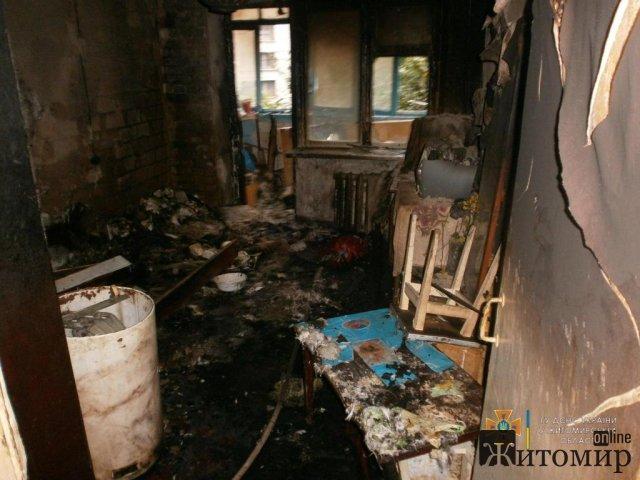 У Бердичеві з палаючої квартири врятували чоловіка, який чекав на допомогу на балконі. ФОТО
