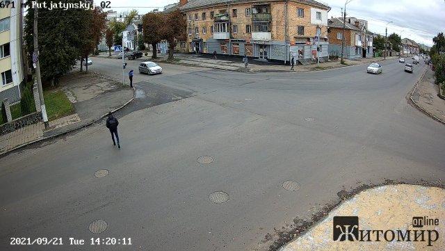 У сквері на майдані Путятинському в Житомирі становили камери відеоспостереження. ФОТО