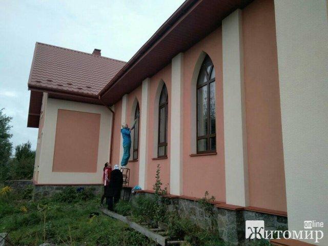 """У райцентрі на Житомирщині парафіяни """"переселились"""" з каплички до новозбудованого костелу. ФОТО"""