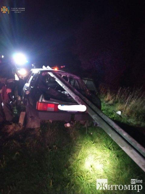В Житомирській області ВАЗ врізався у відбійник: конструкція пройшла посередині автівки через лобове скло. ФОТО