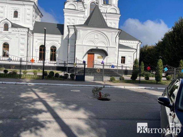 """На Кафедральній в Житомирі """"зникла"""" кришка з люка. ФОТО"""