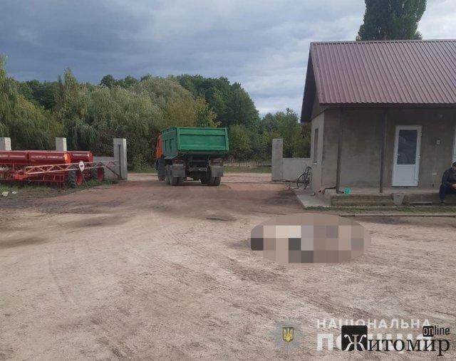На території фермерського господарства в Житомирській області КАМАЗ наїхав на чоловіка: пішохід загинув. ФОТО