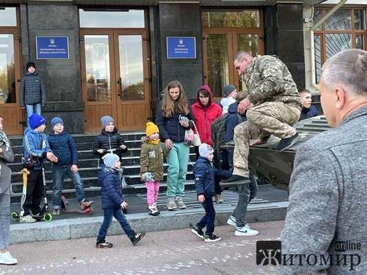 До входу в будинок облдержадміністрації у Житомирі підігнали бойову техніку. ФОТО
