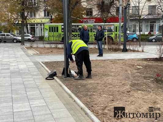 Будівельники закінчують реконтрукцію сверика на розі Театральної та Великої Бердичівської у Житомирі ...