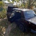 У селі Житомирської області ВАЗ врізався в дерево та перекинувся: водія витягували рятувальники. ФОТО