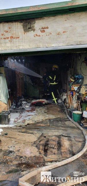 У Бердичеві горів гараж: вогнем знищено Mercedes-Benz. ФОТО